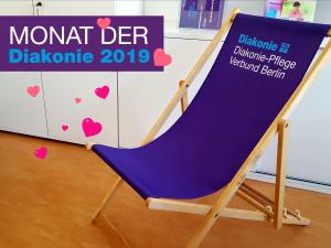 Entspannt Platz nehmen! Auf dem Diakonie-Liegestuhl auf dem Mitarbeiter*innenfest / Beachvolleyballturnier