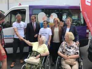 Spendenübergabe zweier Kleinbusse der Berliner Sparkasse an Mobilitätshilfedienste der Diakonie